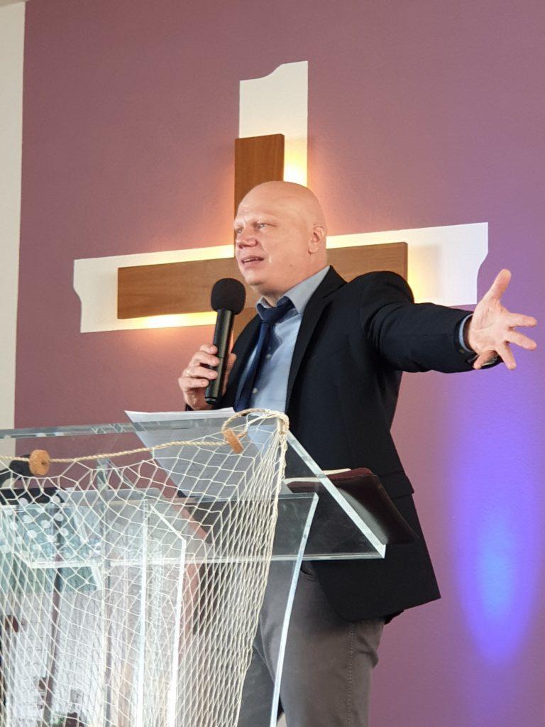 Pastor beim Predigen